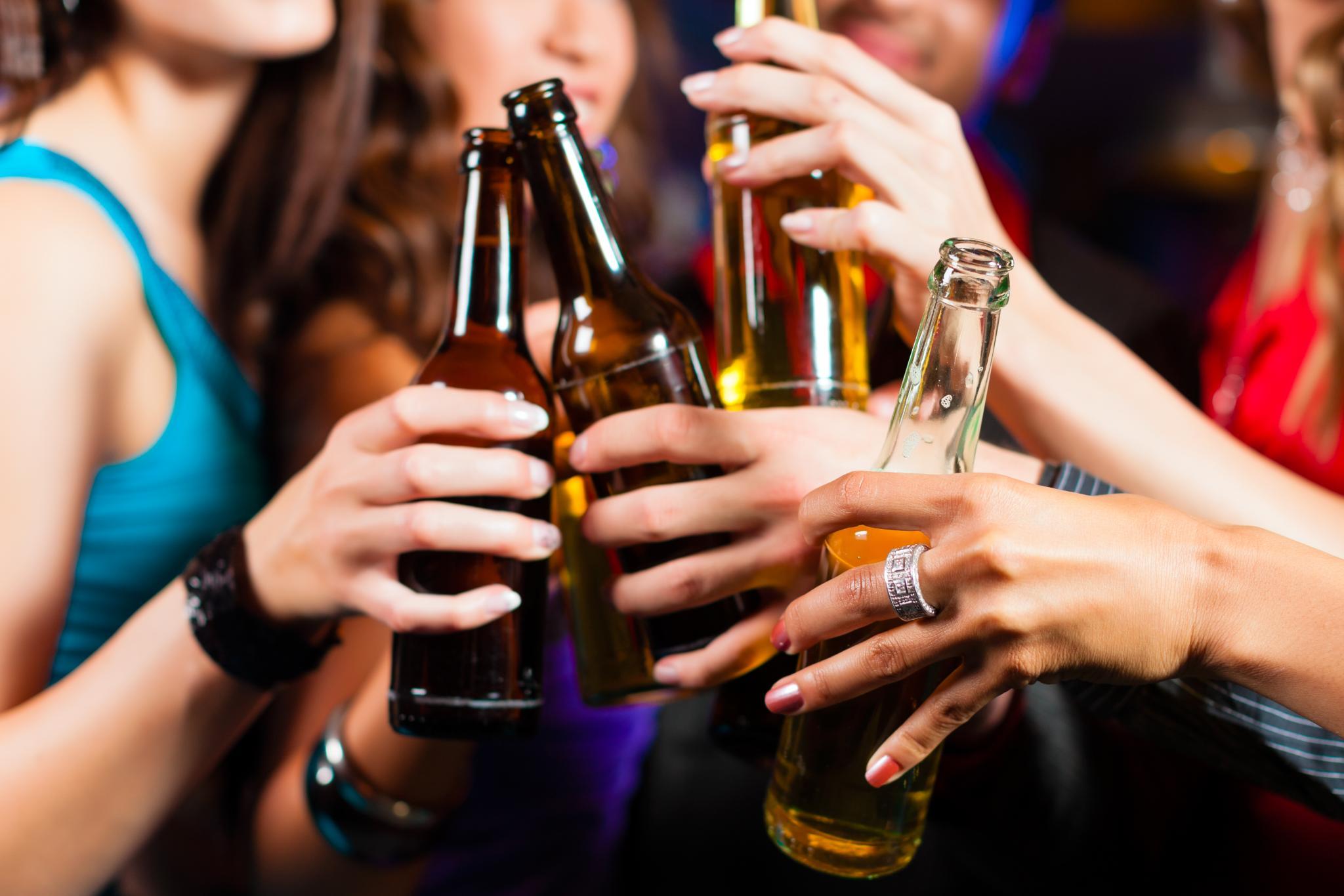 MALLORCA - ALCOHOL - JOVENES BEBIENDO CERVEZA .