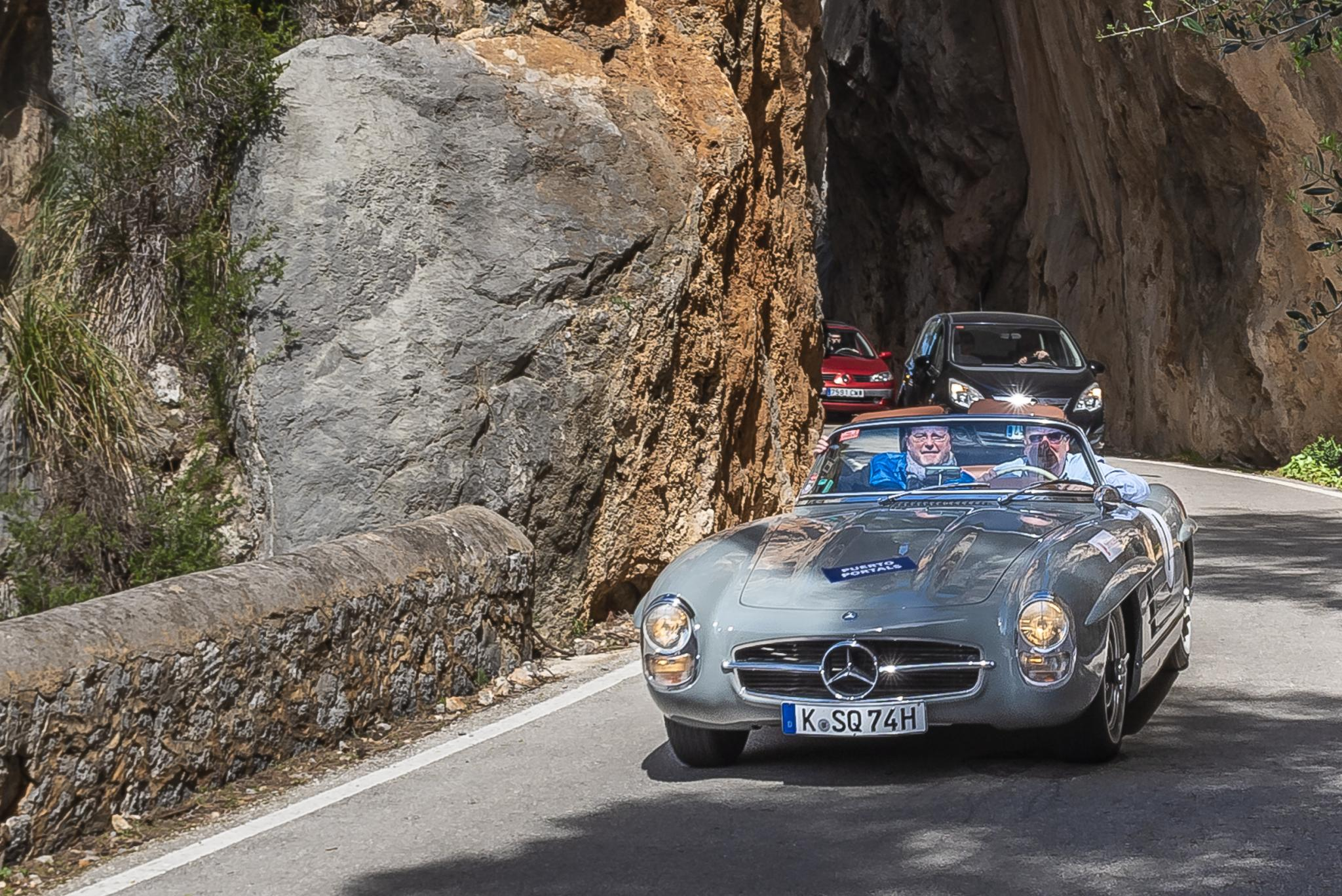 Mercedes SL negotiating the rocks.