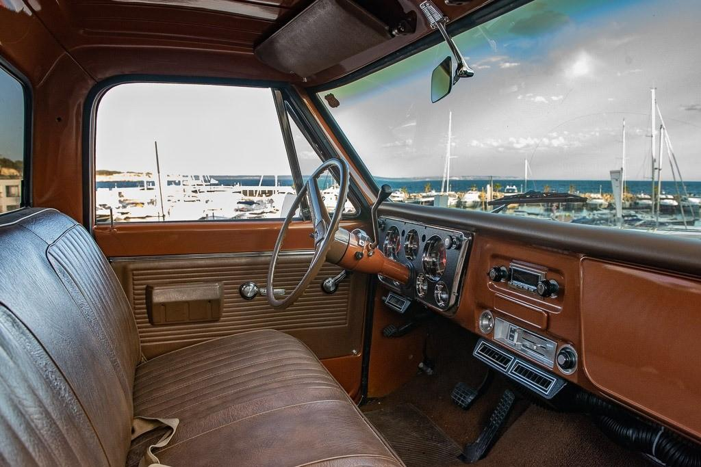 Chevy truck interior shows off the best of '70s dashboards, aircon included.