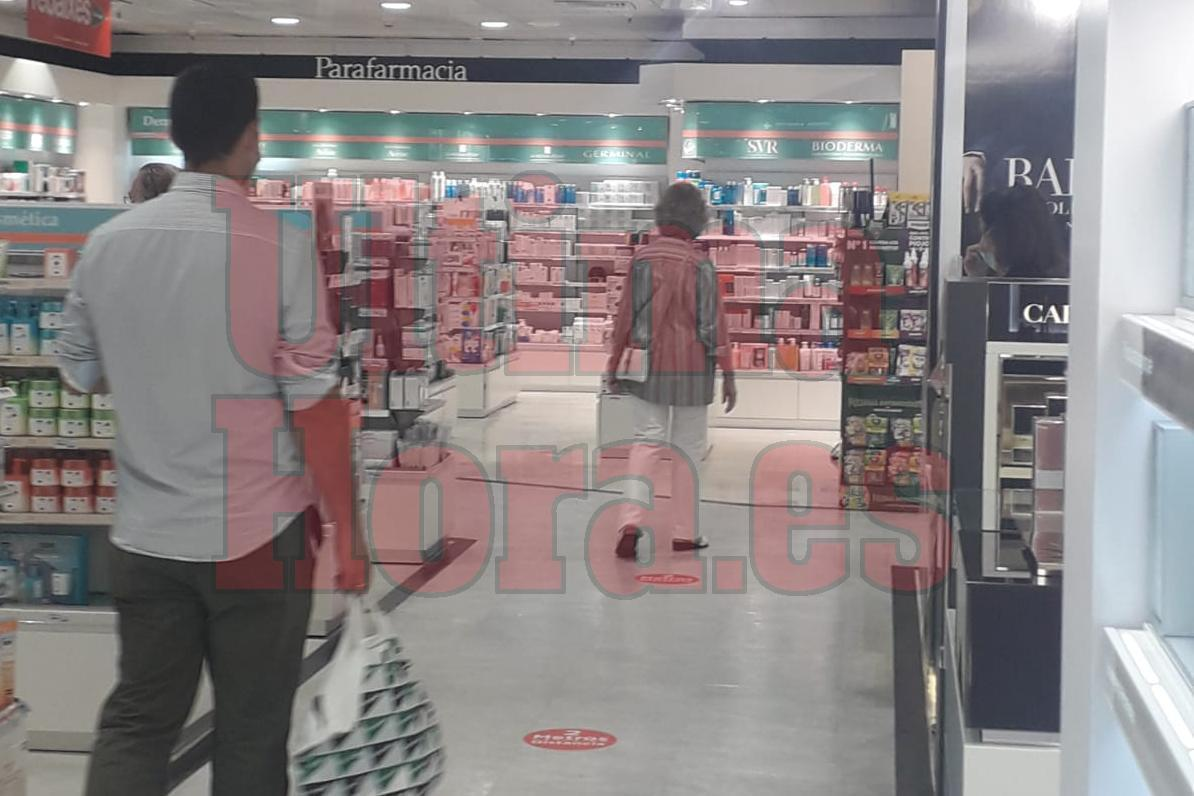 Queen Sofía went shopping in El Corte Inglés in Palma with her sister.