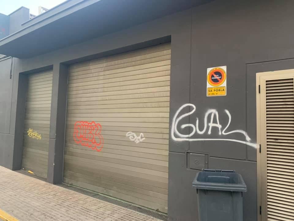 SA POBLA . VANDALISMO. Quejas vecinales por las continuas pintadas en fachadas y comercios