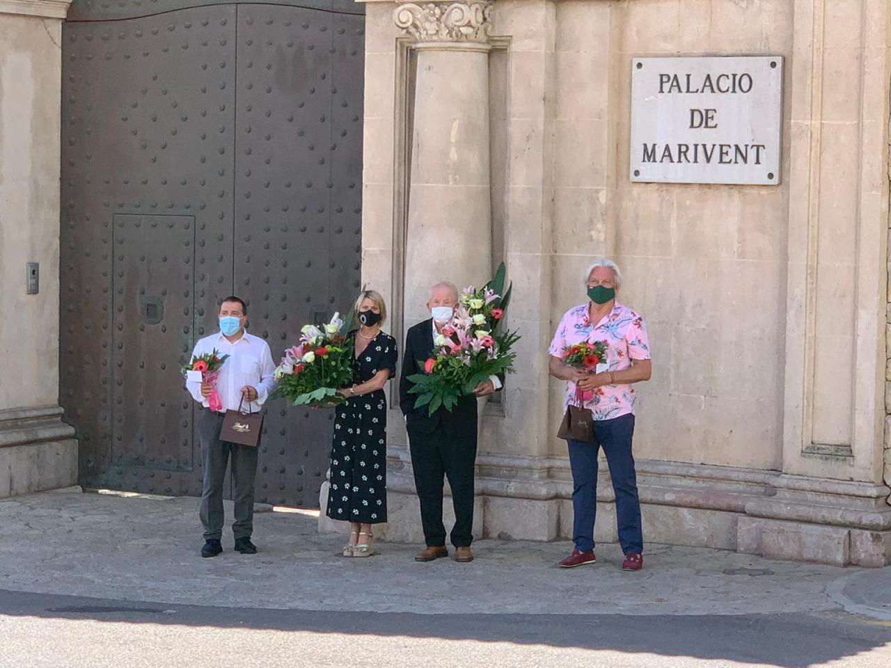 Association In Defence of Cala Major & Sant Agustí deliver flowers.