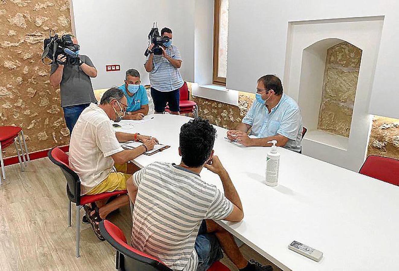 Més, PSOE, PP, Alternativa per Santa Maria and Mayor Colau Canyelles at emergency meeting.