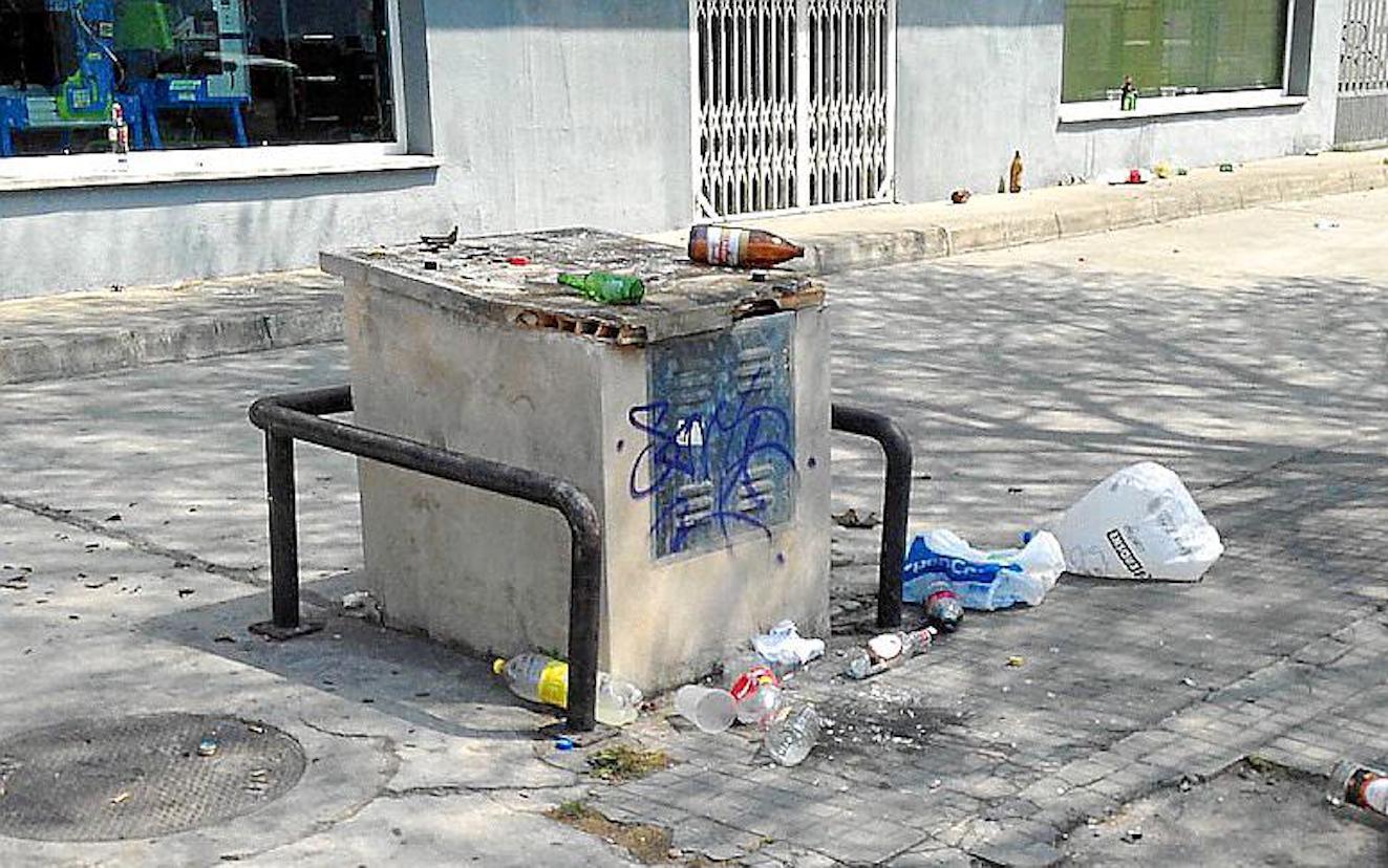 Rubbish in Carrer Gremi de Sabaters, Polígono Son Castelló, Palma.