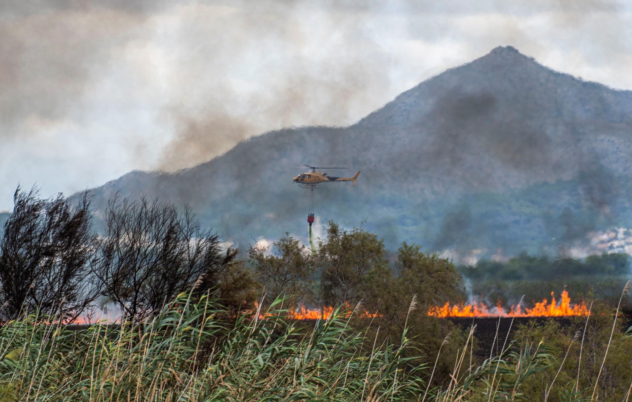 9 aviones y helicópteros trabajan en la extinción del fuego S'Albufera