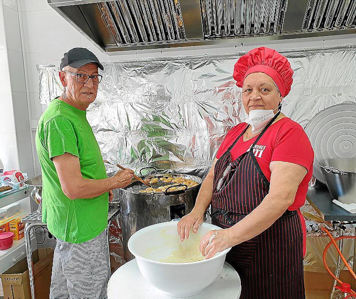 José Talavera & Cati Ramis making buñuelos fritos.
