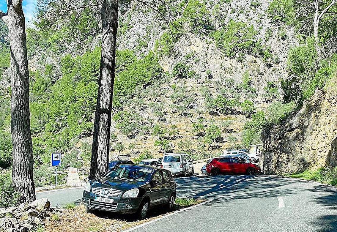 Cars parked on the Caimarí-Lluc Road.