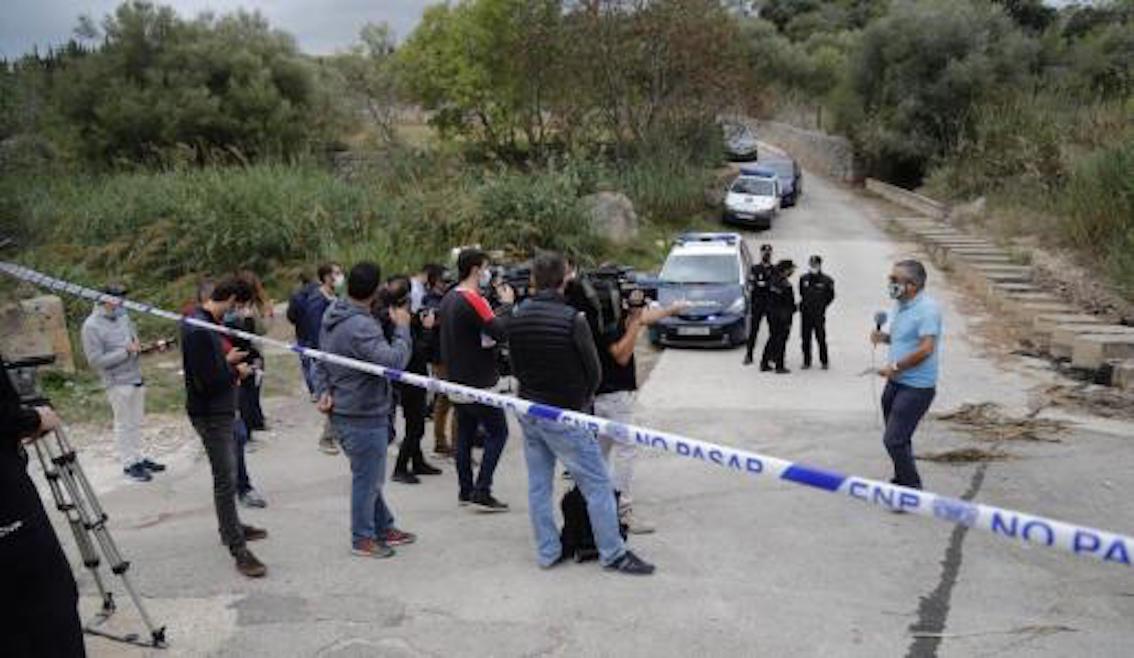 Police & media at the murder scene.