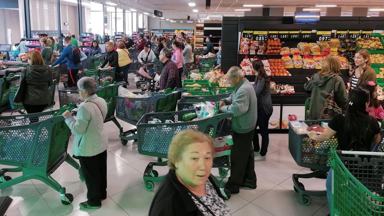 Los murcianos llenan los supermercados para abastecerse de productos de primera necesidad