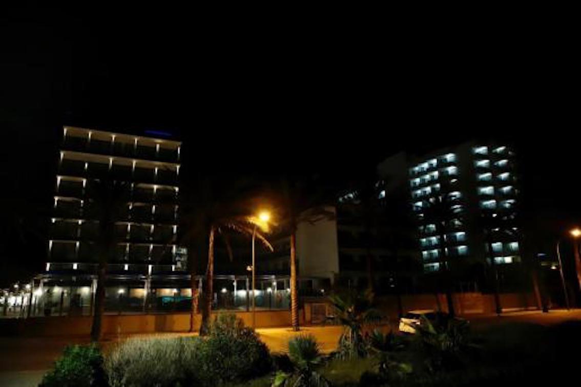 Las fachadas de los hoteles se iluminan en la Playa de Palma para dar la bienvenida a la Navidad.