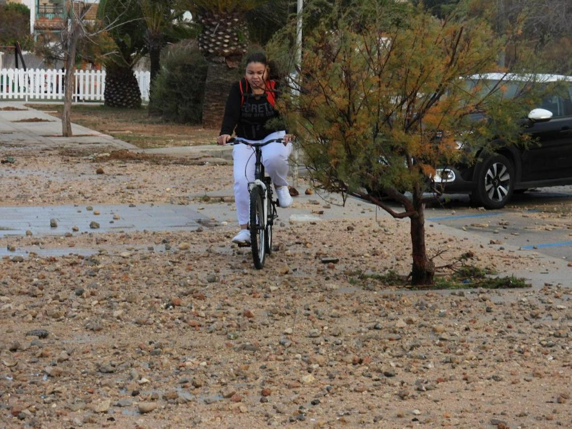 Ciclista navegando por piedras y algas en Andratx.