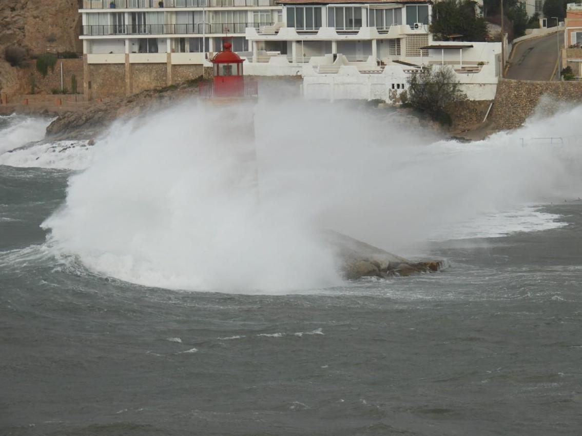 Grandes olas golpean el faro de Andratx.