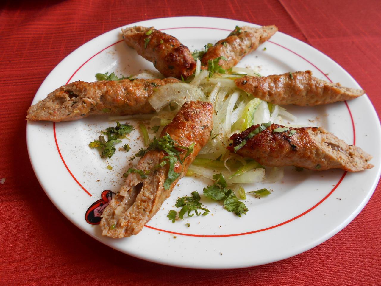 El sheekh kebab estaba muy bien condimentado y era una porción generosa ...