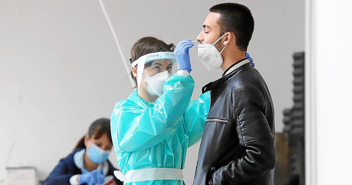 Profesional sanitario realizando prueba de PCR, Mallorca.