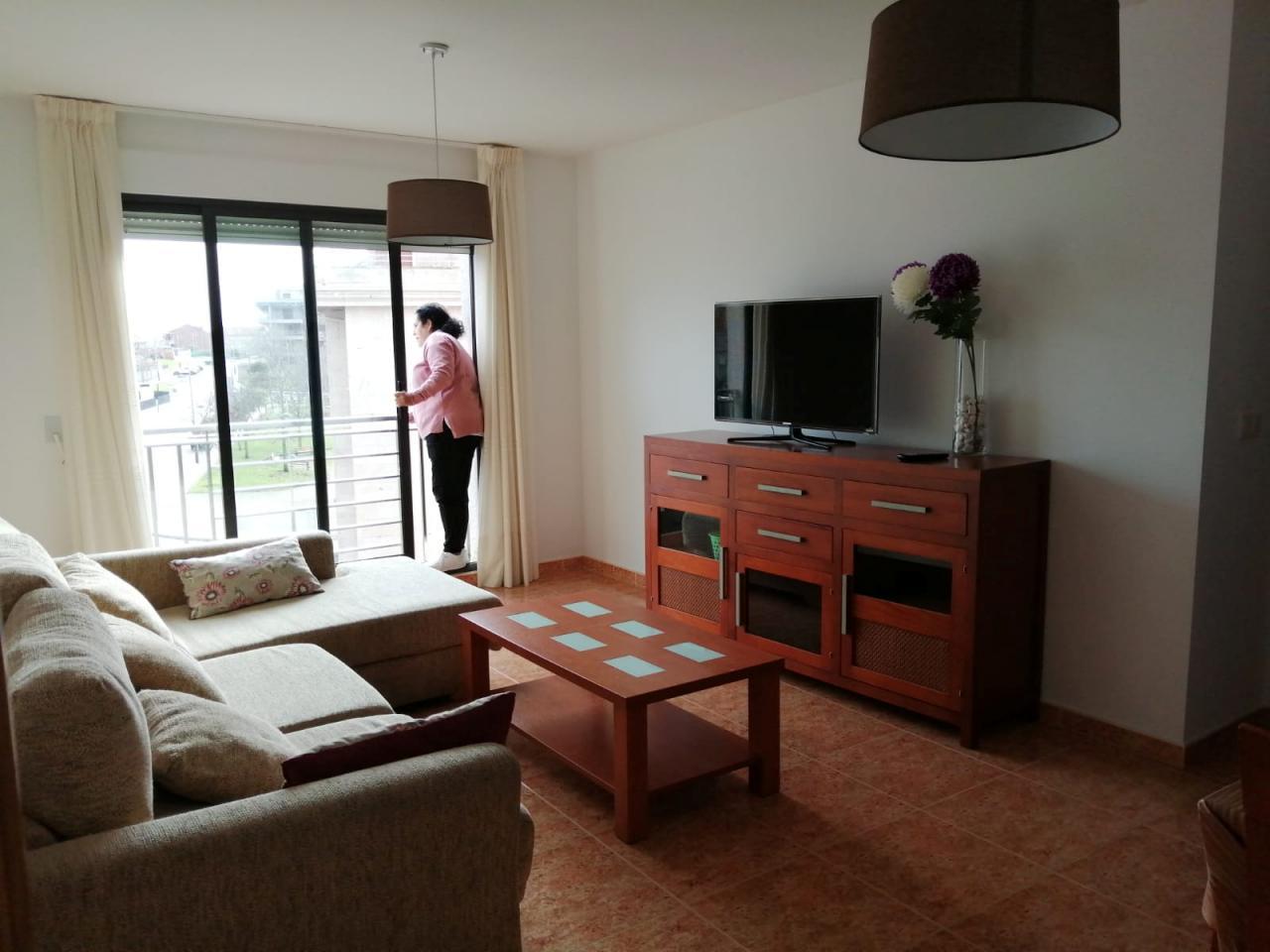 La anfitriona de Airbnb, Perla Requejo, se encuentra en la propiedad que alquila a turistas en Airbnb en Sanxenxo