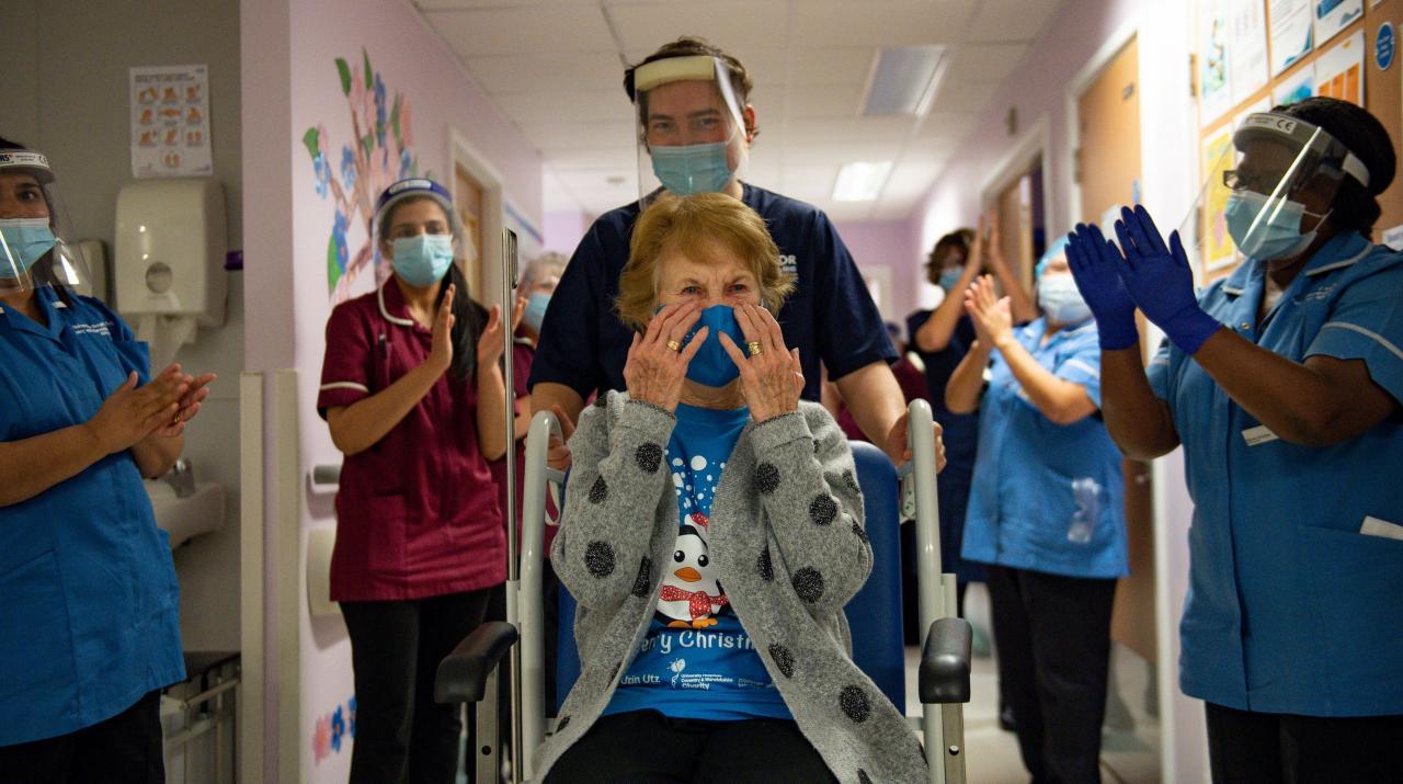 Margaret Keenan, de 90 años, es la primera persona en Gran Bretaña en recibir la vacuna Pfizer / BioNTech COVID-19 en el Hospital Universitario de Coventry.