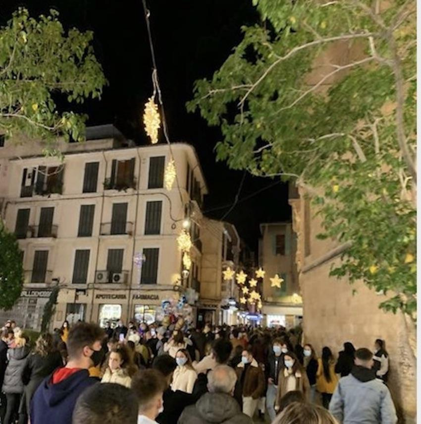 Multitudes de personas en el Paseo des Born de Palma.