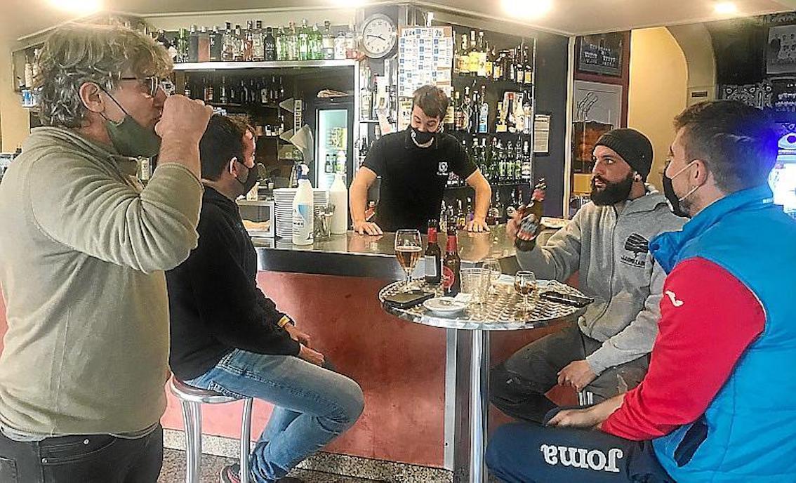 Clientes del Bar Bestard de Lloseta.