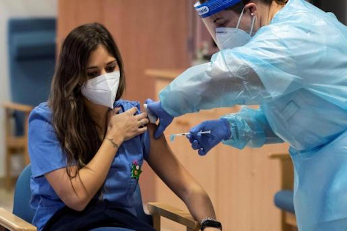 Trabajador de la salud, Manu Cutillas siendo vacunado.