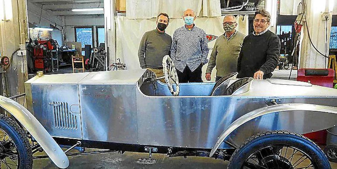 Joaquín, Mateu, Jaume the upholsterer and Giorgio, bodywork repairer with the Loryc.