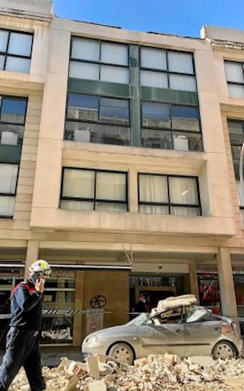 Ledge of building falls into Carrer de Pere Dezcallar i Net, Palma.