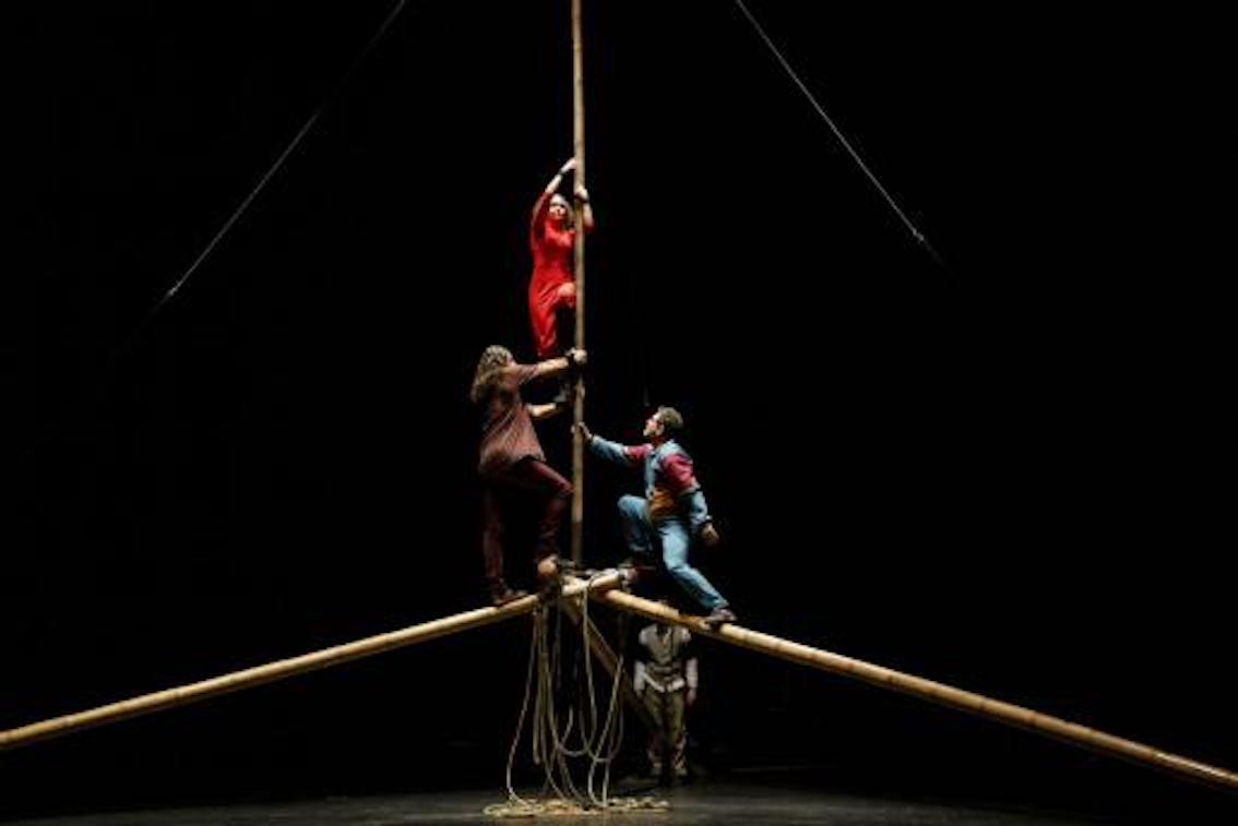 Members of El Circ Bover performing.