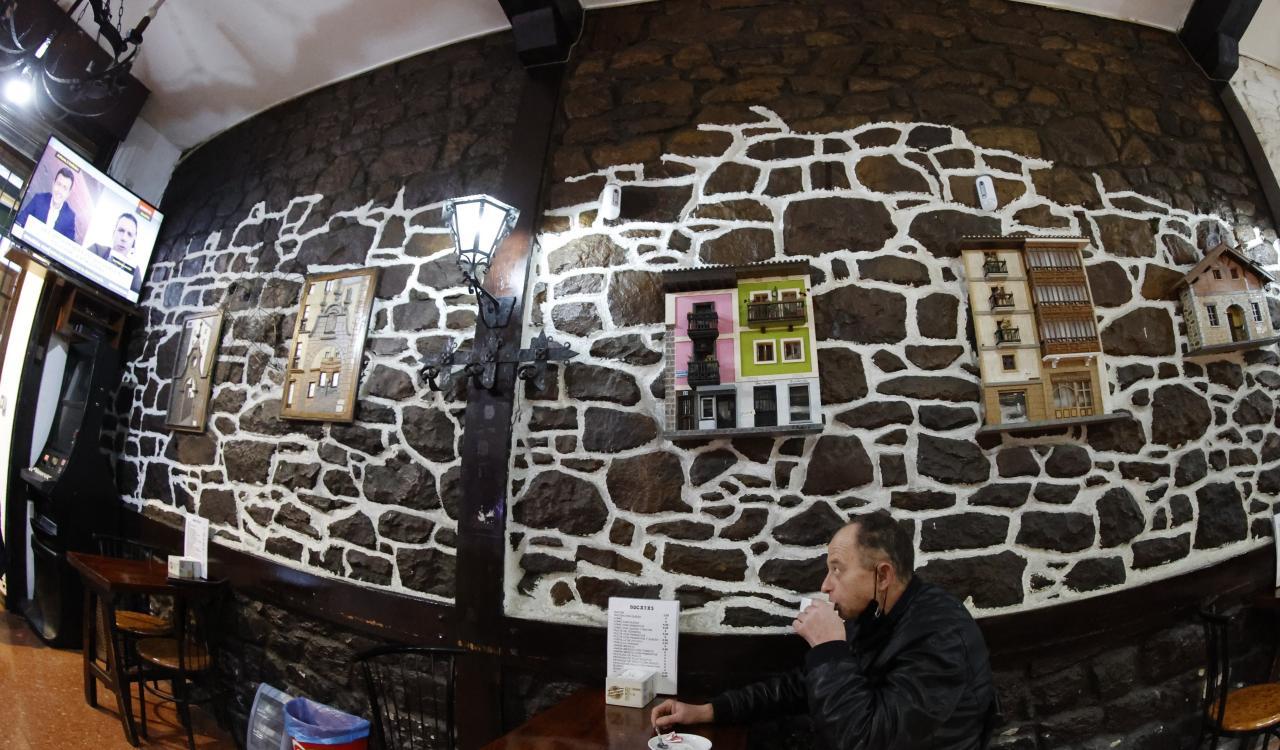Hosteleros abren sus negocios tras el fallo del TSJPV que autoriza reabrir la hostelería en zona roja en Euskadi