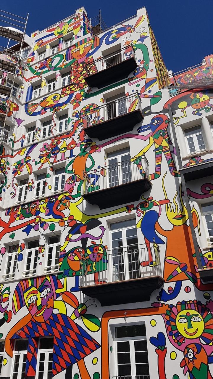 Mural by José Luis Mesas on the façade of Hotel Artmadams in Palma.