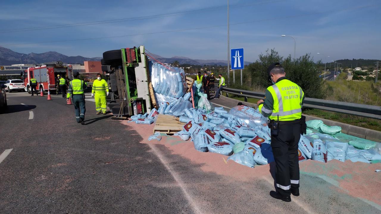 Lorry overturns near Inca hospital
