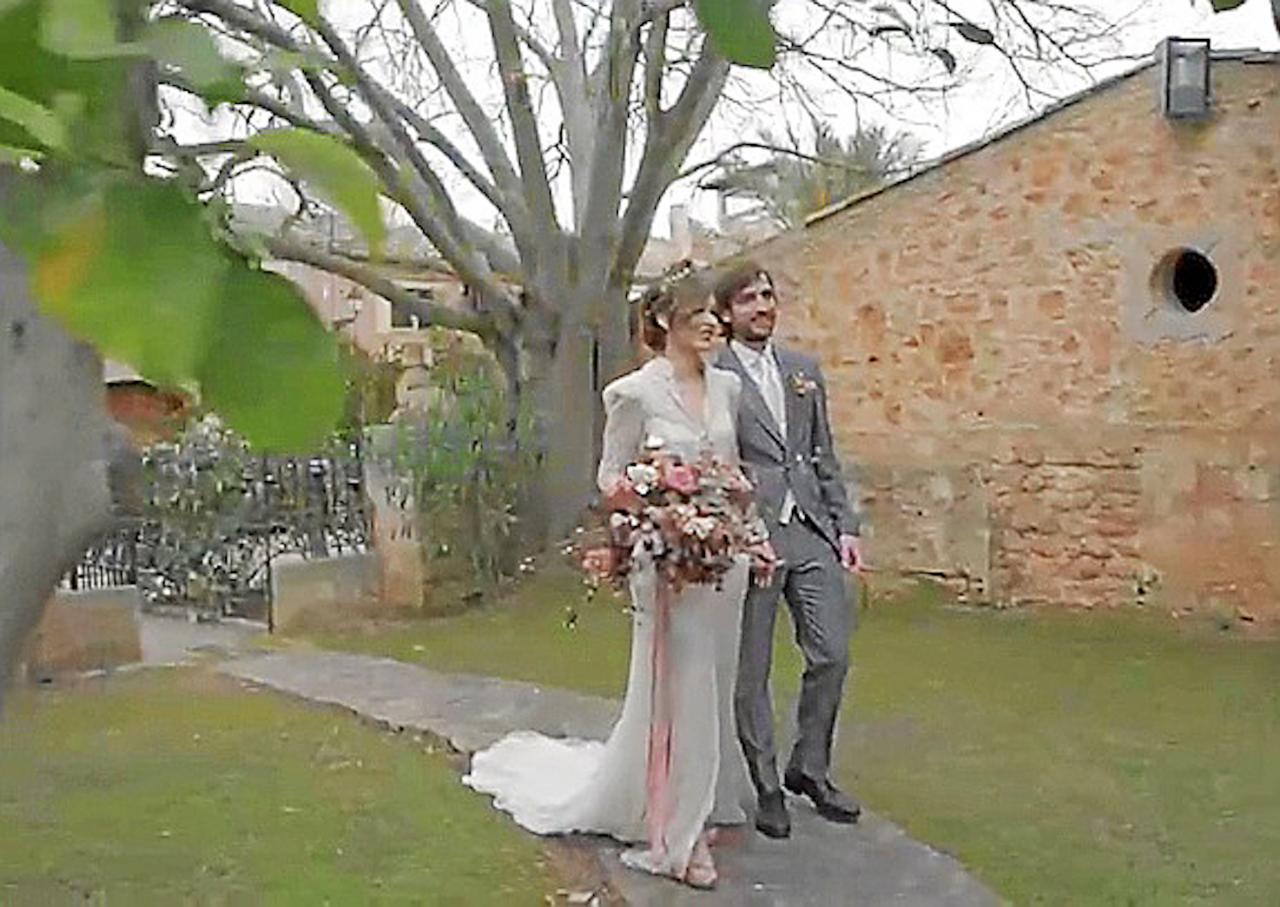 Bride & Groom arriving at church.
