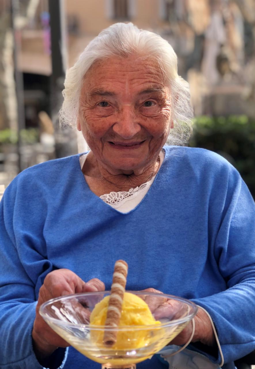 Mango ice cream for granny in the plaza!