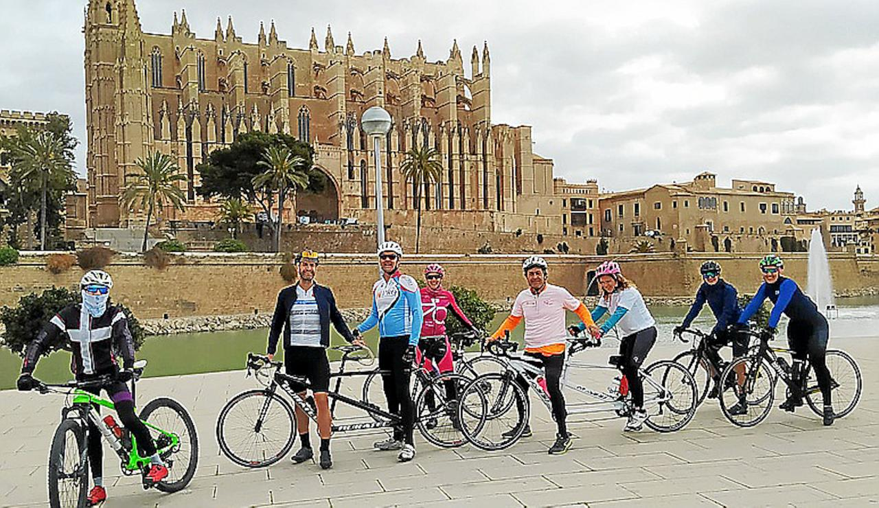 Mari Carmen & Daniel Guillem with their Guides and route companions in front of Palma Cathedral.