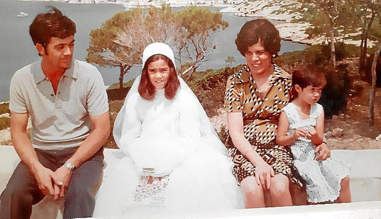 Cati (right) with her parents and sister.