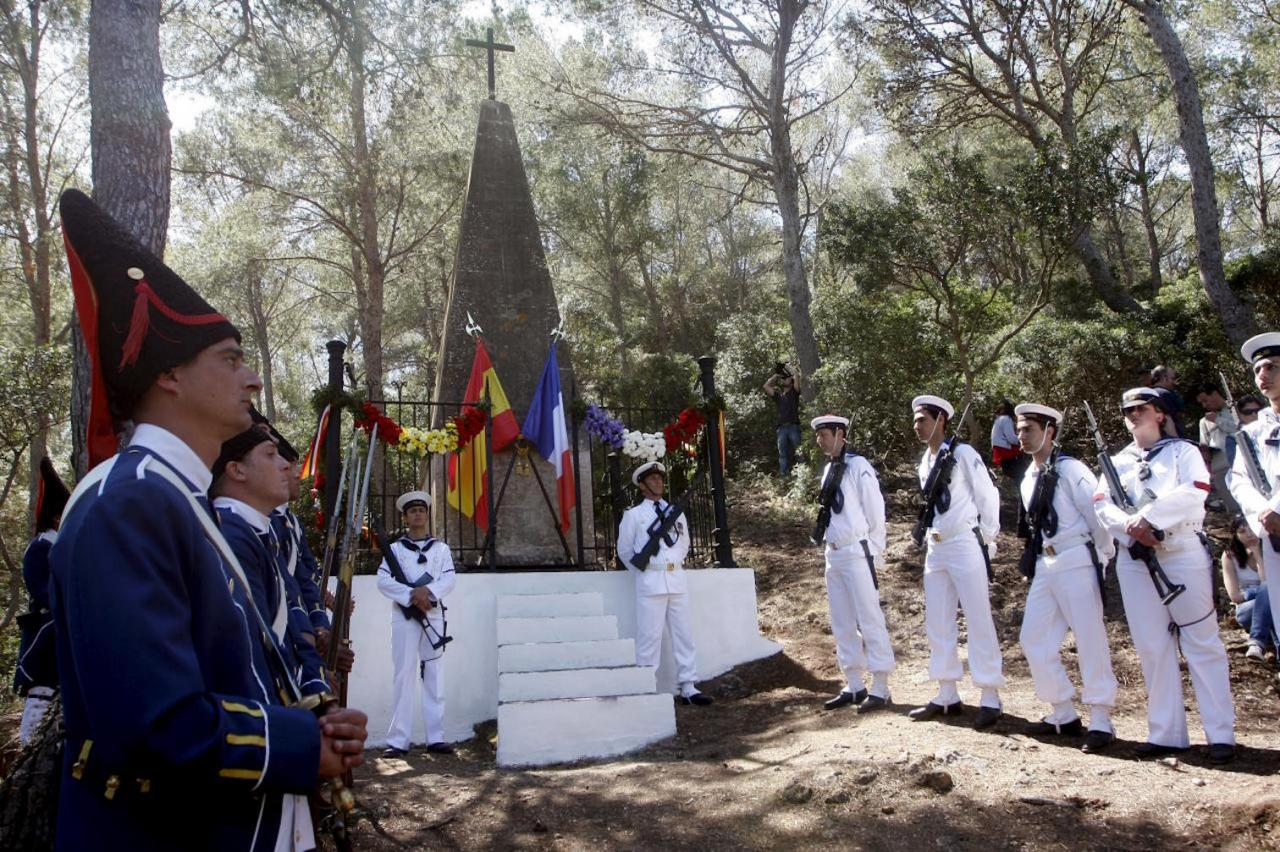 French & Spanish troops pay tribute to those who perished on Cabrera.