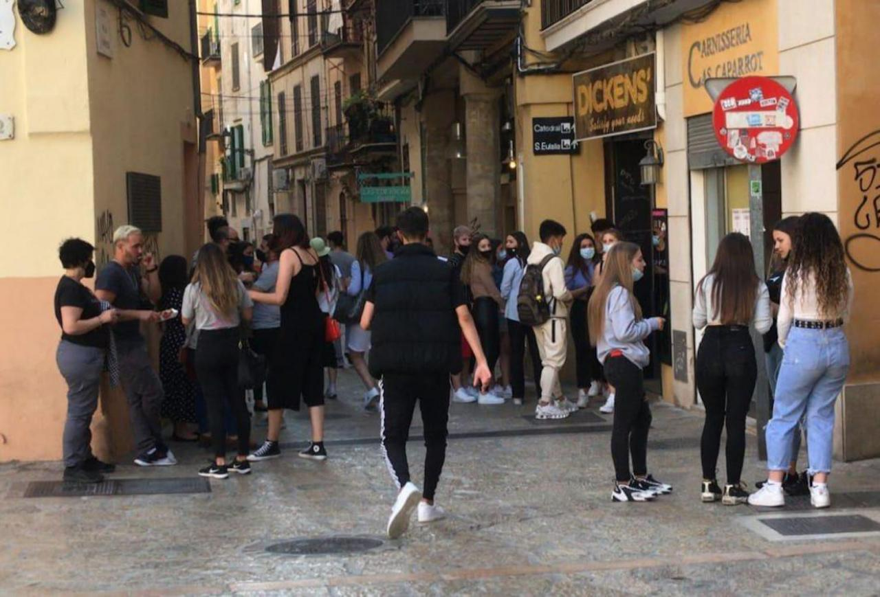 Crowds outisde Dickens waffle shop, Palma.
