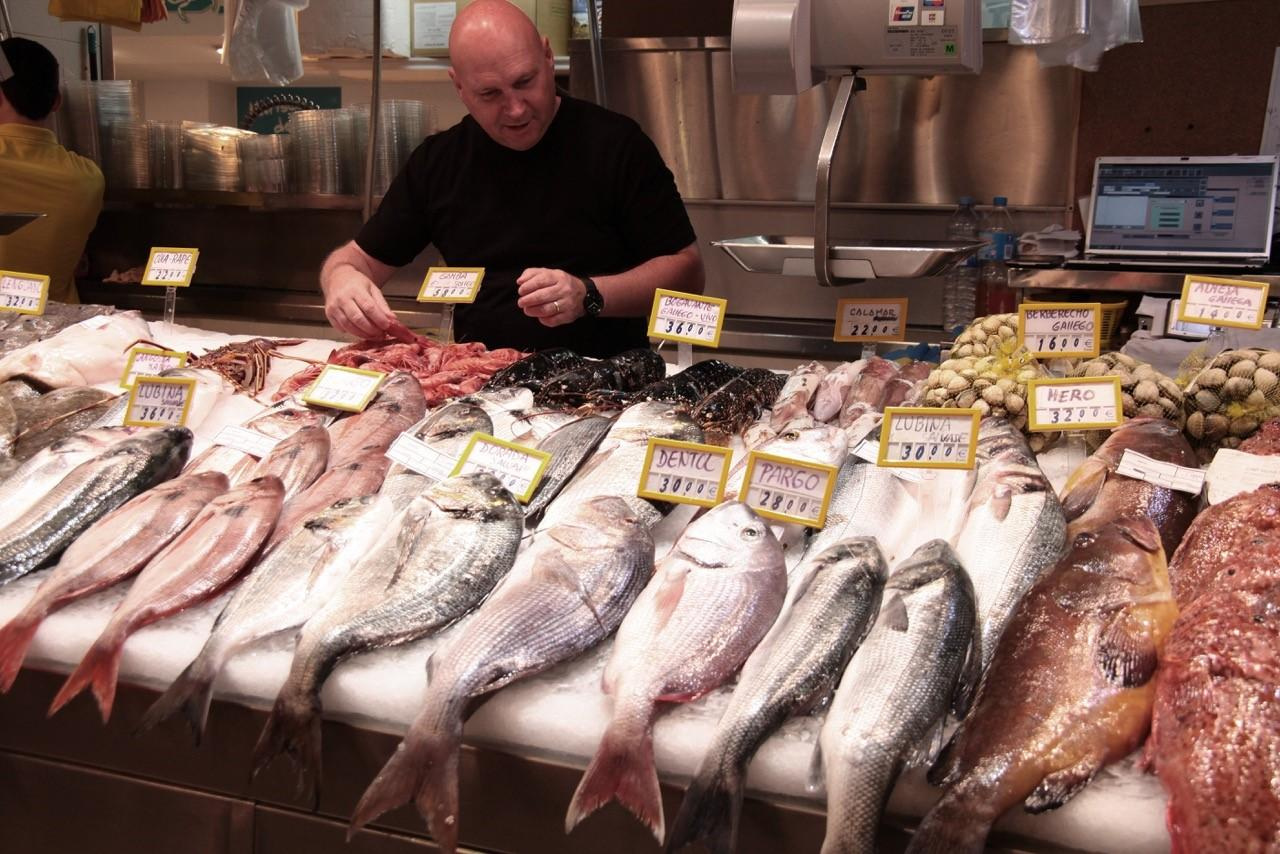 What are the signs to look for when shopping for fish?
