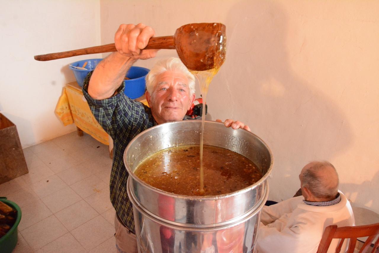 Tomeu Pizà with pot of honey.