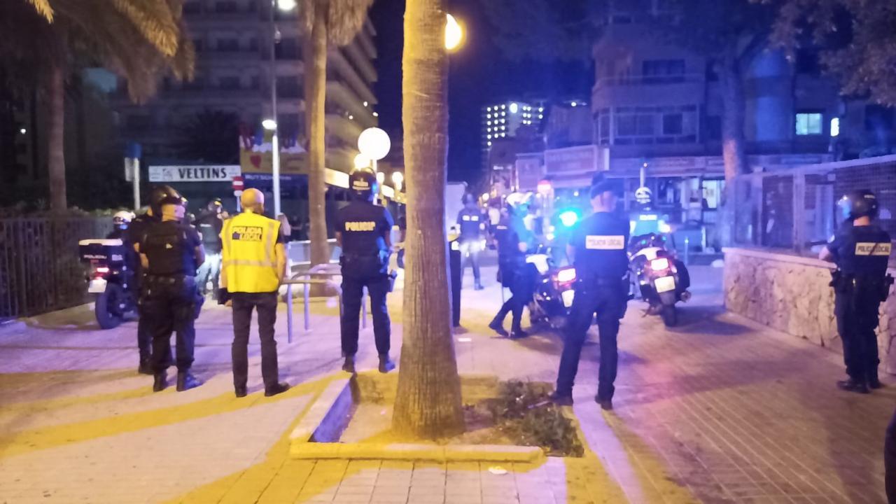 PALMA - La policía dispersa de madruga un botellón en la plaza Gomila, en Palma.