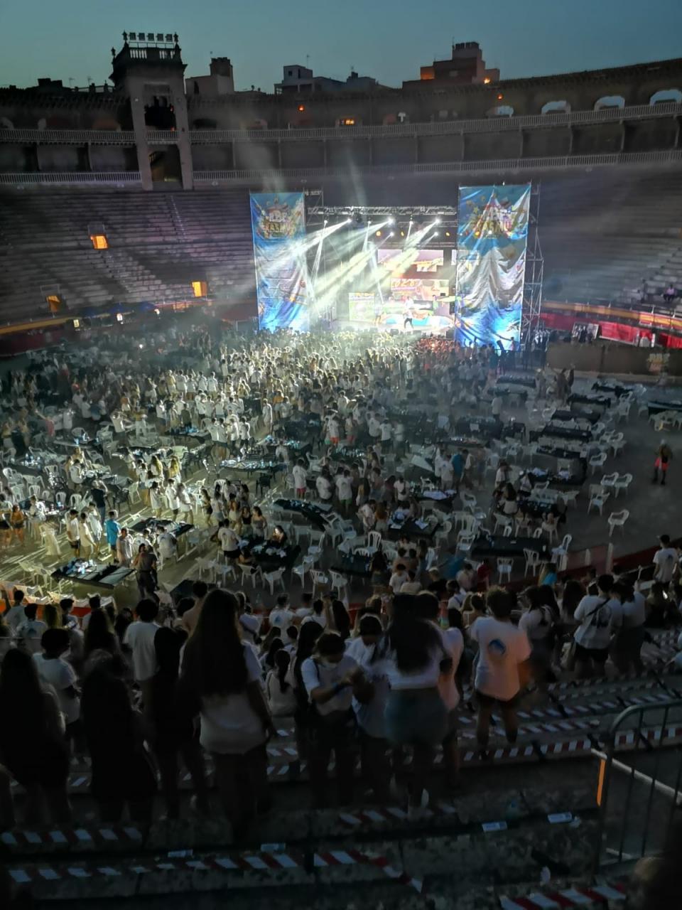Cientos de jóvenes se saltaron las normas COVID en el concierto de la plaza de toros