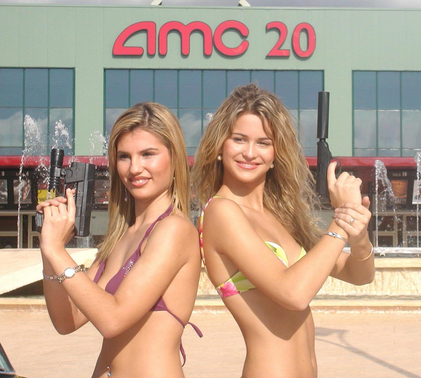 CHICAS QUE PODRIAN SER PROTAGONISTAS DE CUALQUIER FILM DE JAMES BOND 007 JUNTO A UN ASTON MARTIN