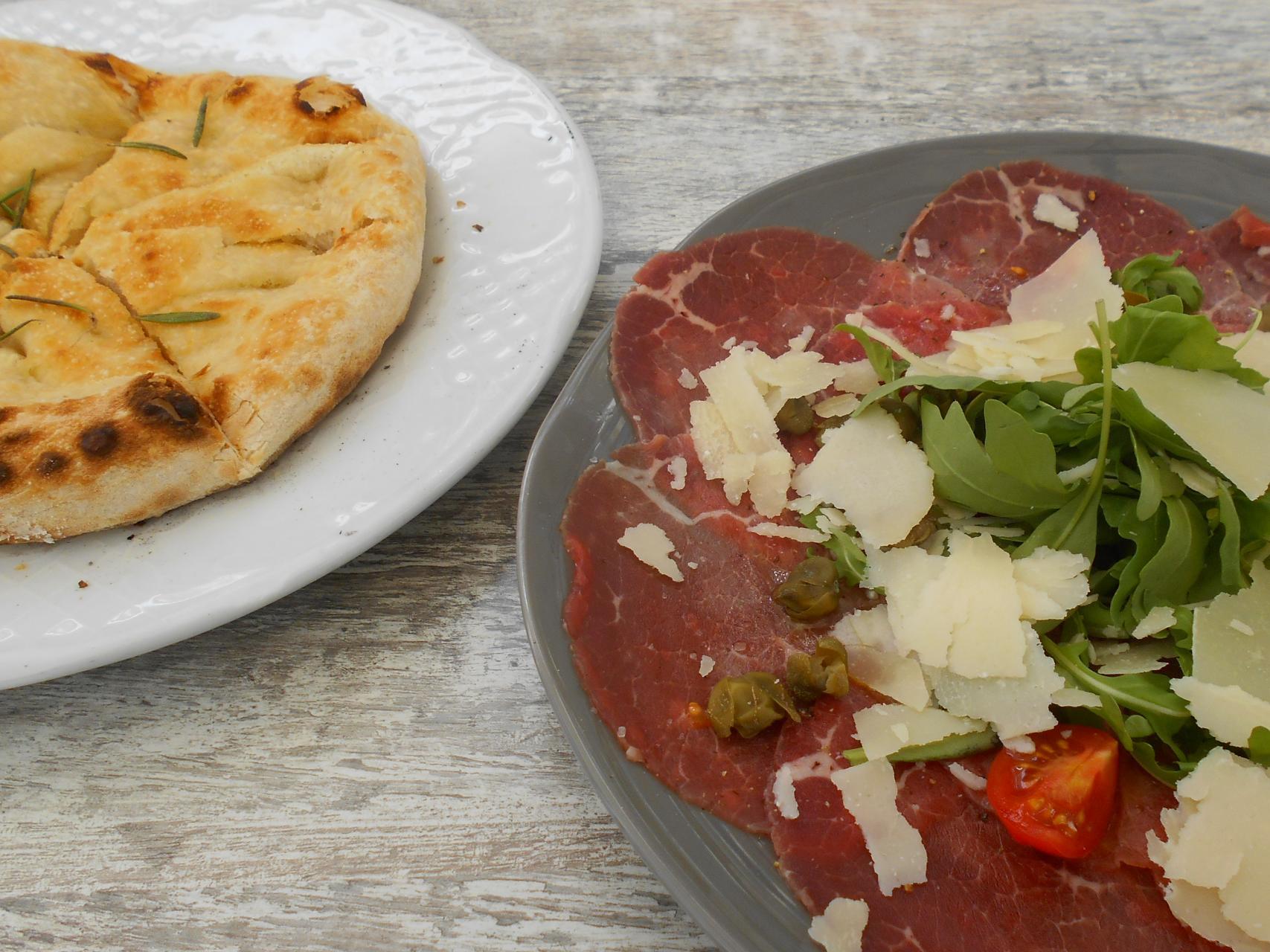 The carpaccio with the rosemary foccaccia.