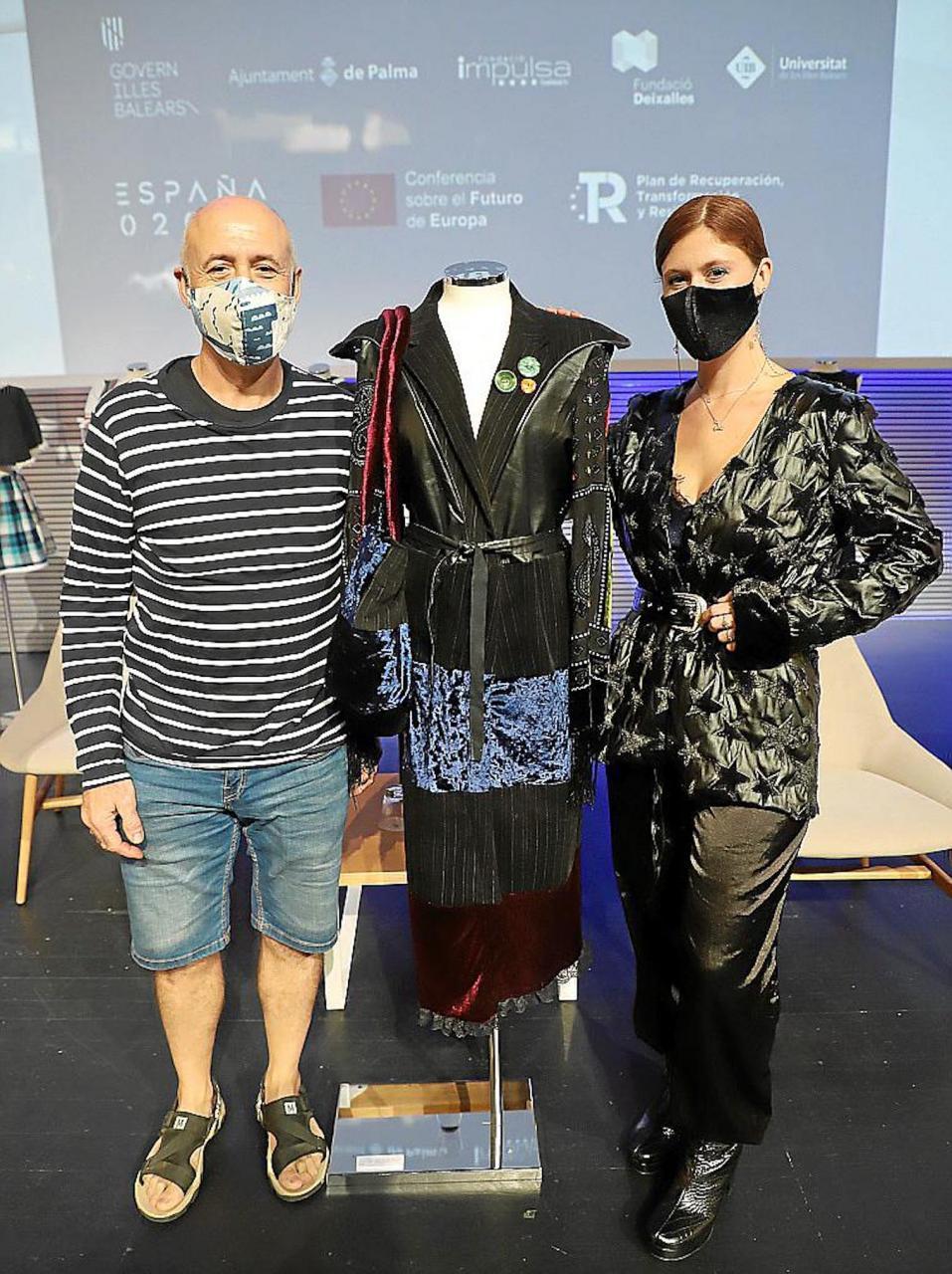 Esperanza & her Dad with the VI Marató de Reciclatge Create de Roba winning design.