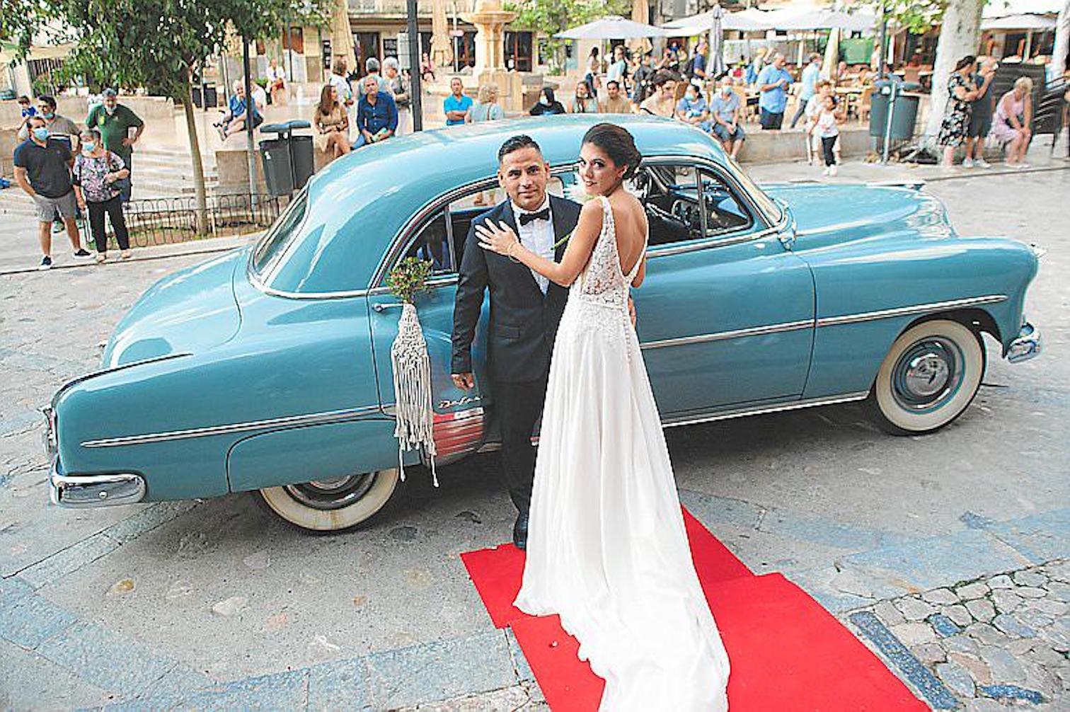 Wedding models with 1952 Chevrolet Styline.