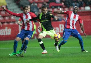 Mallorca's Pablo Valcarce against two Gijon defenders.