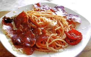 Spaghetti with speck, a ham of Austrian origin