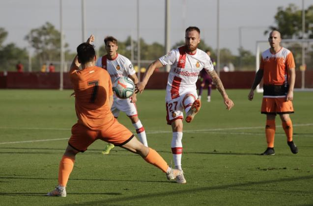 Mallorca's Croatian striker, Ante Budimir (L)