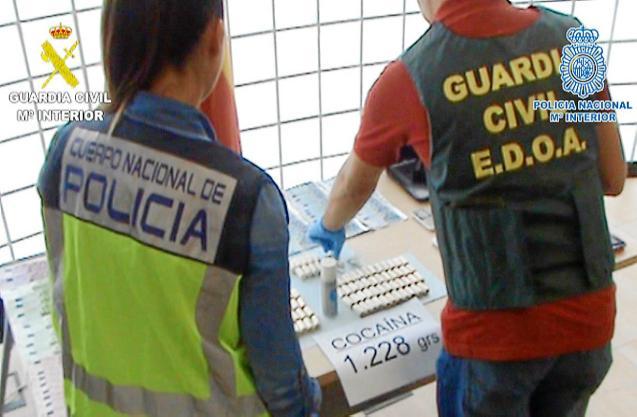 """UNA """"MULA"""" EXPULSA 97 ENVOLTORIOS DE """"COCA"""" DE ENTRE 10 Y 12 GRAMAS CADA UNO.  DROGAS  - COCAINA."""