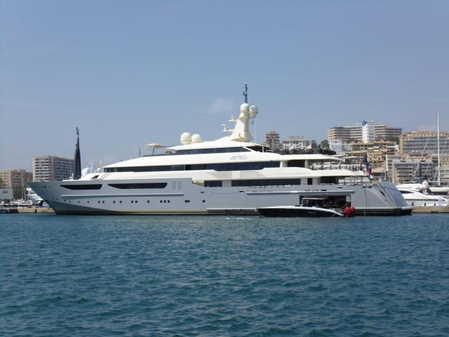 Luxury yacht sails into Palma