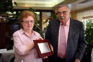 Irene Taylor receiving her retirement plaque from the late founder of the Majorca Daily Bulletin and former Chariman of Grup Serra, Pedro A Serra Bauzá, MBE.