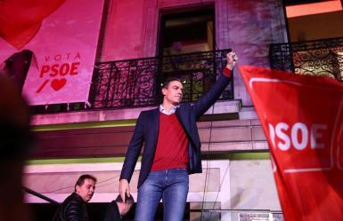 Pedro Sánchez celebrating on Sunday night despite the loss of three seats in Congress.